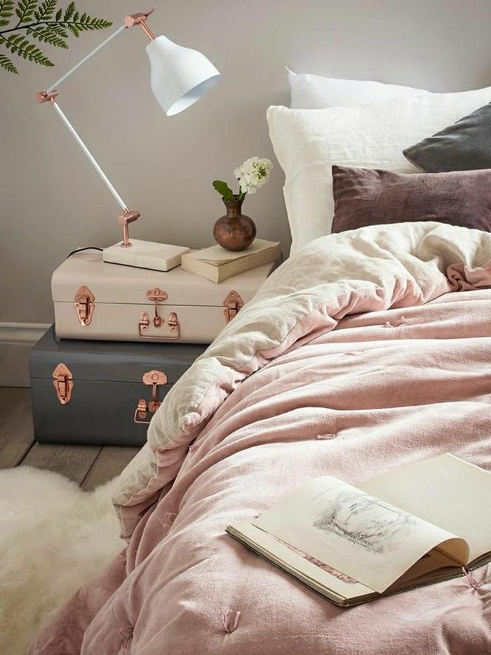 chambre rose et gris, lampe de table blanche, valises vintage couleurs douces, housse de couette rose poudré