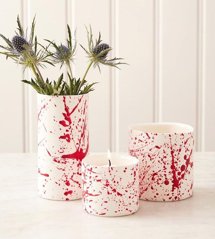 bougeoir et vase aspergé de peinture rouge, motif sang, centre de table halloween originale a faire soi meme