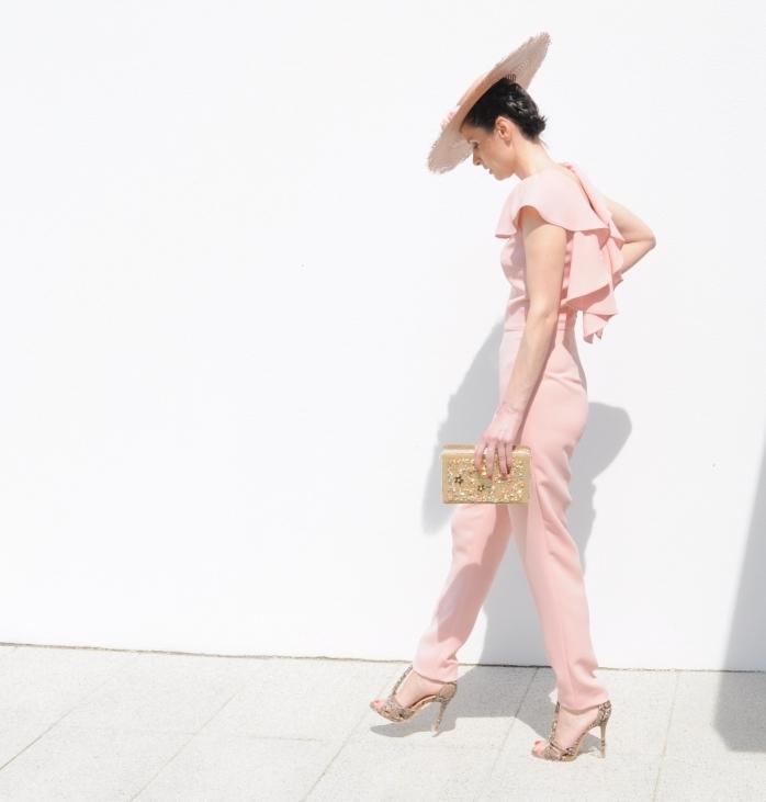 quelle couleur porter à une cérémonie, modèle de combinaison élégante en rose pâle avec top à volants avec accessoires dorés