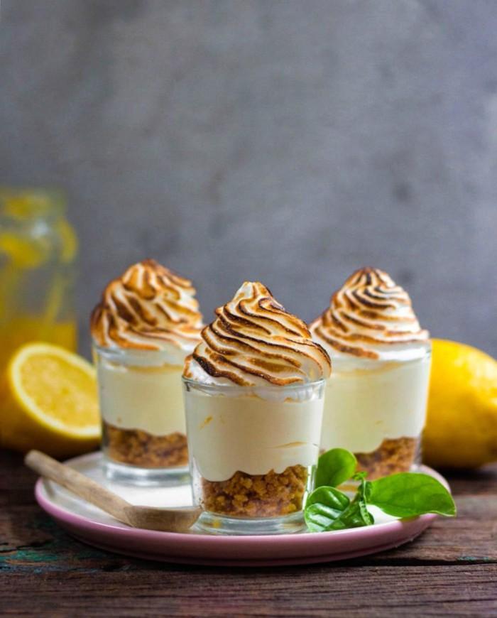 verrines de cheesecake meringué au fromage frais et à la crème citron, avec une base de spéculoos