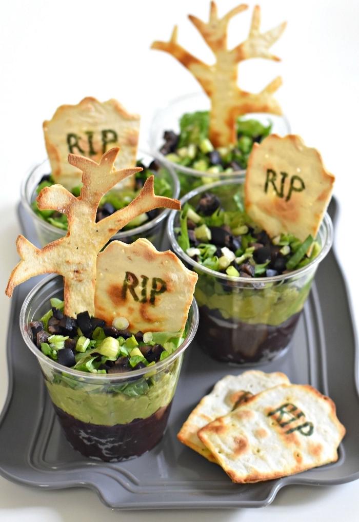 recette de verrine originale pour l'apéritif halloween, recette de verrine de guacamole cimetière avec des arbres et des pierres tombales en pain pour torilla