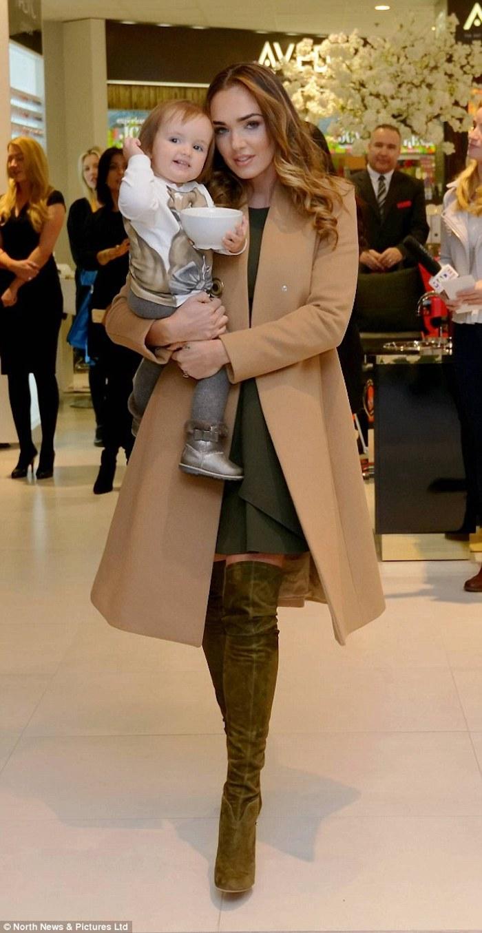 Cuissardes cuir ou cuissarde chaussette, tenue d'hiver chic, s'habiller chic en hiver 2018, manteau camel, femme et son bebe