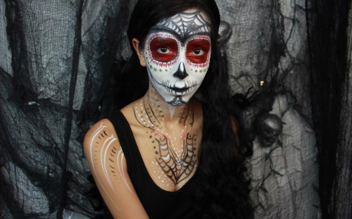 tête de mort sur le visage d'une fille, maquillage halloween squelette, robe noire, toile d'arraignée