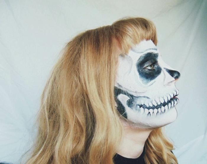 maquillage squelette jeune fille, cheveux blonds, lèvres exagérées avec peinture de dents, machoire soulignée