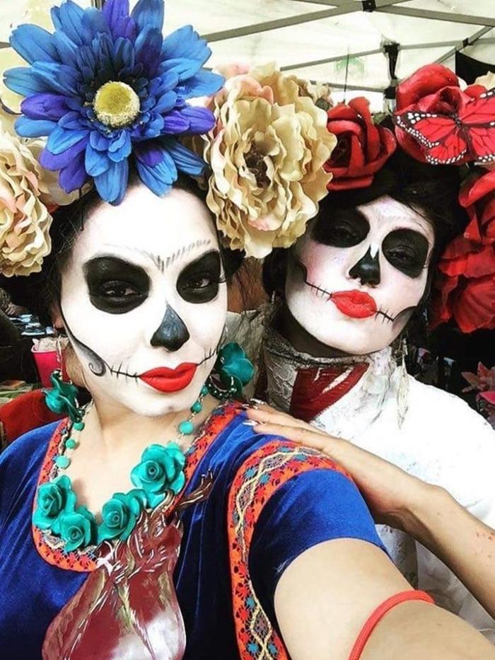 le carnaval des morts au Mexique, grandes fleurs sur les têtes, rouge à lèvre rouge, yeux noirs