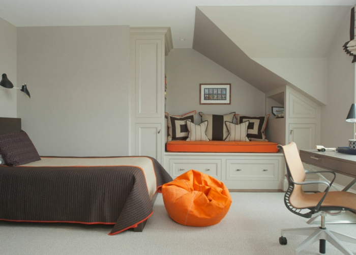 banquete lit avec rangement, bureau pratique, chaise pivotante, coussin de sol orange, chambre grise