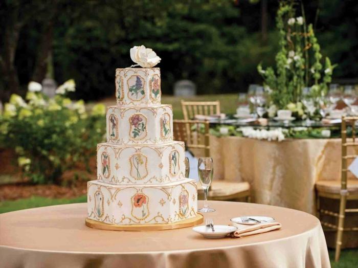 Le plus beau gâteau du monde, gateau anniversaire adulte, photo merveilleuse de gâteau hexagone quatre étages décorés de dentelle au chocolat doré et dessin de fleur realiste