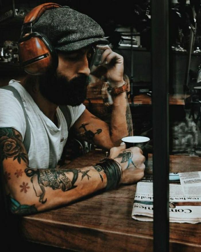 Cool tatouage bras homme, tatouage original style de dessin sur peau, tatouage old school coloré