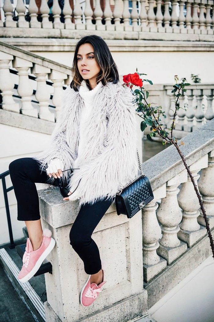 Style boheme chic, look bohème chic femme manteau fausse fourrure blanche et basket rose. tenue basket et jean noir, style vestimentaire femme