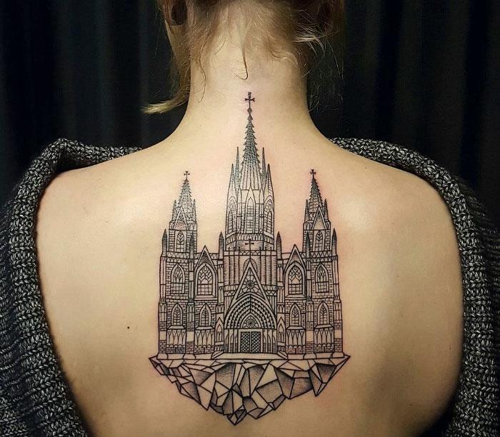 Tatouage thème architecture, cathédrale tatouage sur le dos femme, idée de tatouage architectural, se faire tatoué par un professionnel