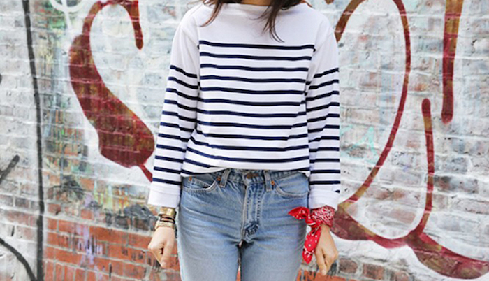femme avec pull marinière et jean délavé vintage avec bandana au poignet style bracelet rouge boheme bobo chic