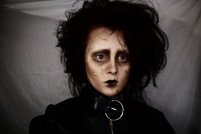maquillage Edouard avec les ciseaux, maquillage professionnel, lèvres soulignés, cheveux ébouriffés, fausses cicatrices