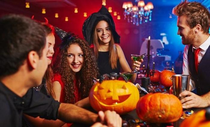 Soirée déguisée organiser une soirée thématique parfait avec beaucoup d amis, Halloween night out avec amis