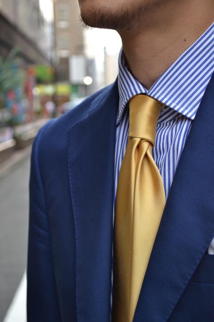 cravate en soir jaune or sur chemise avec noeud double windsor rayée bleu blanc et veste marine