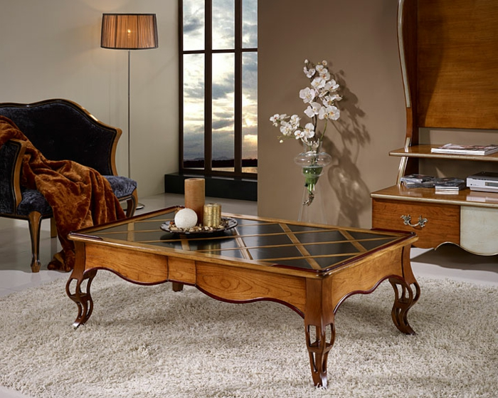 salle de séjour style baroque, tapis taupe, table basse en bois, vase avec orchidée, peinture murale taupe