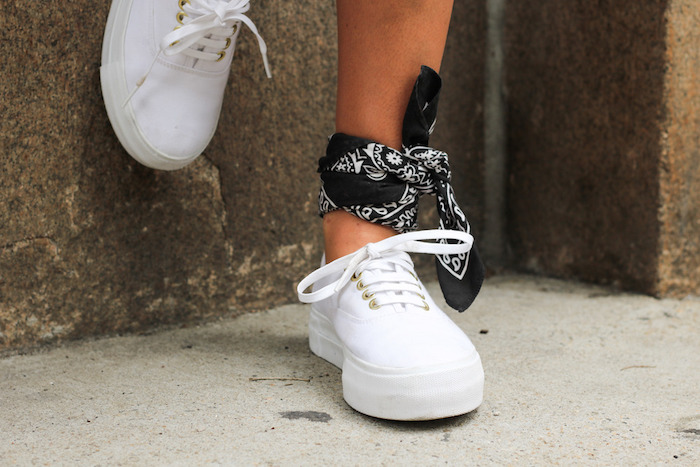 accessoire et détail mode avec bandana noir attaché à la cheville sur vans authentic blanches