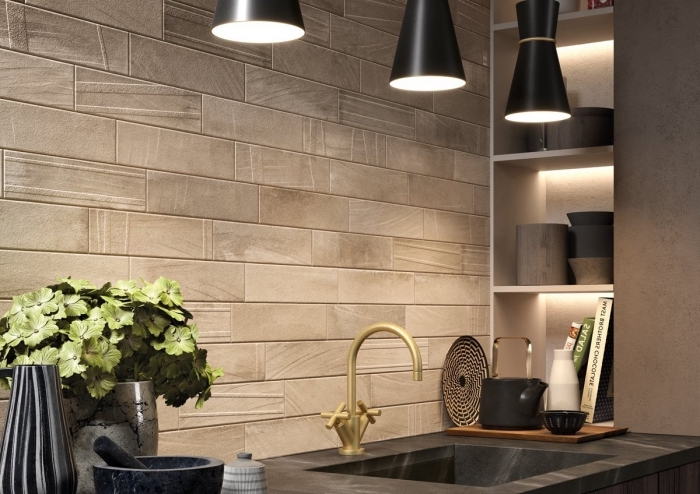 astuces agencement cuisine tendance moderne, exemple revêtement murale en panneau mural décoratif intérieur effet