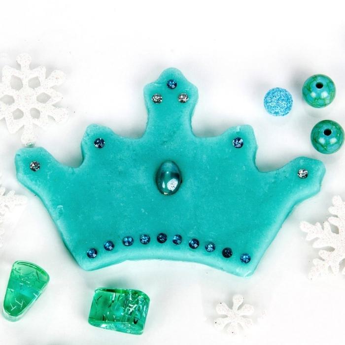 petite couronne bleue découpée dans pate à modeler maison décorée avec strass, jeux de pâte à modeler sur le thème la reine des neige