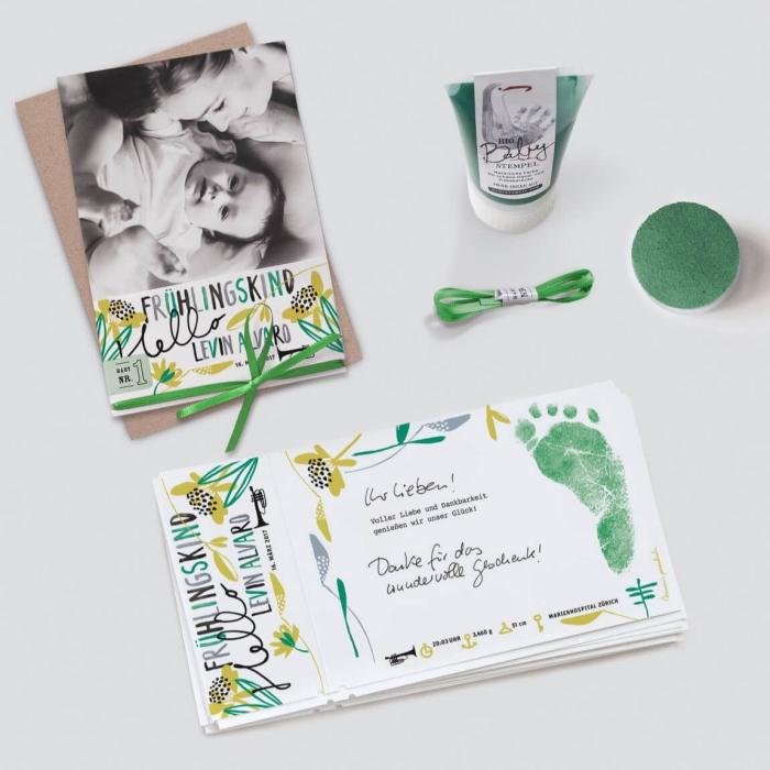 réaliser un faire part naissance créatif en papier cartonné, modèle carte annonce bébé avec dessins floraux et empreinte pied bébé