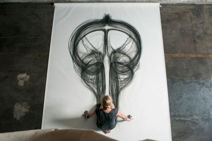 Créer de l'art avec son corps, dessin facile a dessiner, dessin noir et blanc impressive idée, femme artiste qui dessine au fusain avec mains et pieds