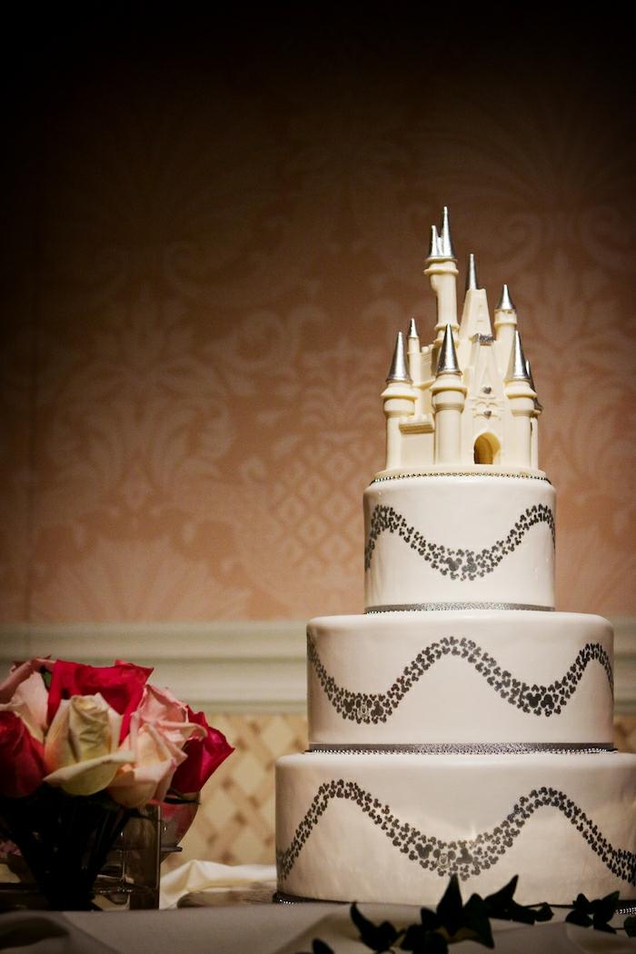 Idée gateau anniversaire ou gateau mariage chateau de Disney, gateau anniversaire adulte photo originale idée de gâteau trois étages et château au chocolat blanche en top