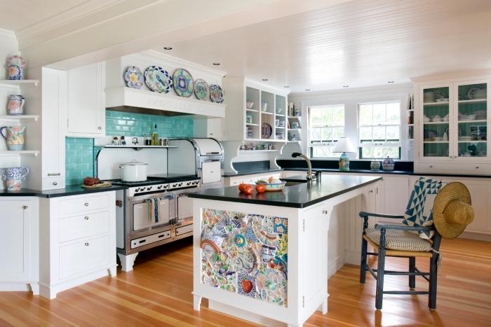 déco de cuisine traditionnelle blanche avec accents colorés, modèle crédence en couleur, exemple cuisine avec îlot