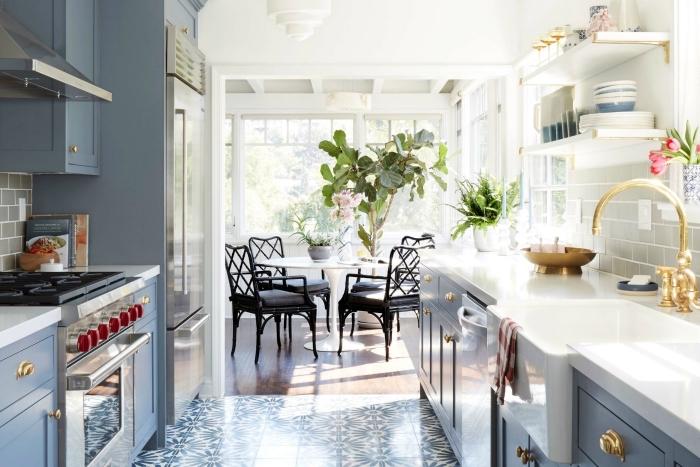 déco de cuisine en parallèle, exemple cuisine blanc et gris avec accents en or, idée agencement petite cuisine