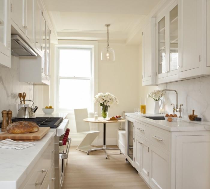 modele de cuisine en parallèle, exemple de cuisine blanche avec crédence à design marbre blanc et plancher en bois clair