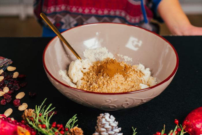 ajouter les noix, la cannelle et le miel au melange pour faire des bouchées de fromage comme apero dinatoire froid