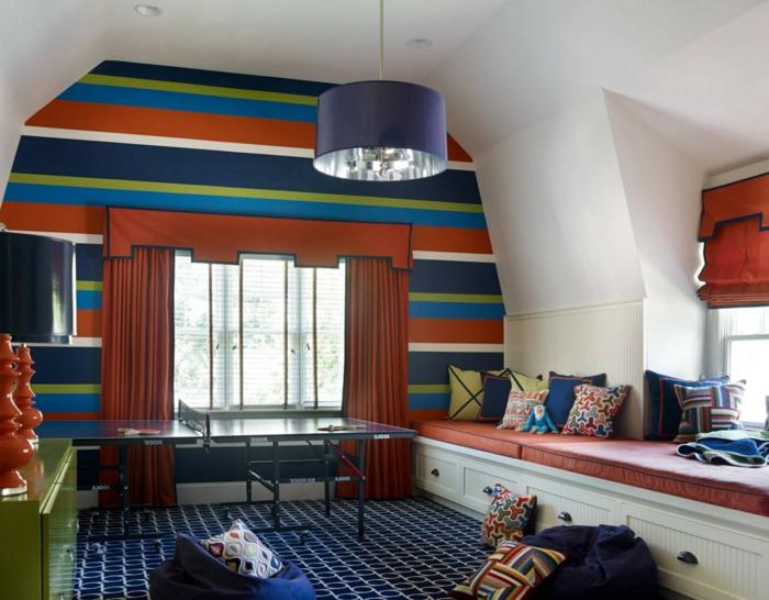 chambre de garçon en rouge et bleu, tapis géométrique, rideaux rouges, alcôve avec lit, plafonnier bleu