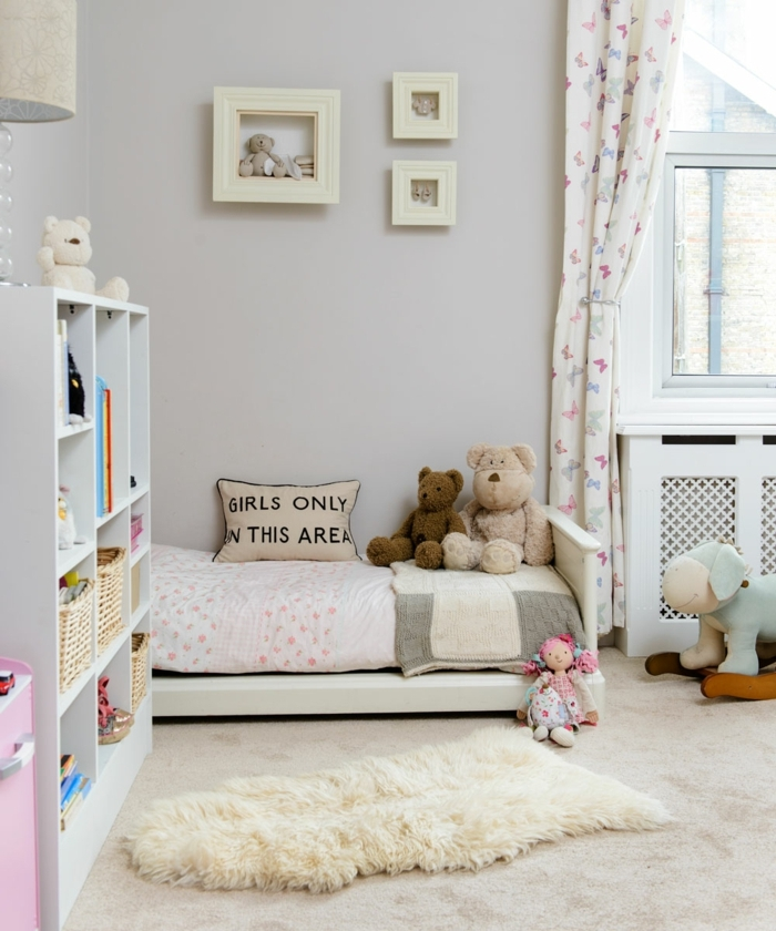 jolie chambre de filles en gris clair, bibliothèque grise, rideau papillons, peluches ours et poupée de chiffon