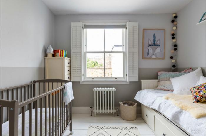 chambre d'enfant gris pâle, lit bébé et lit, sol peint blanc, buffet crème, guirlande de boules