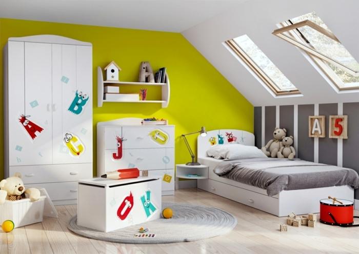 chambre mansardée, aménagement de petite surface, tapis rond gris, coffre à jouets, fenêtres en pente, armoire aux motifs colorés