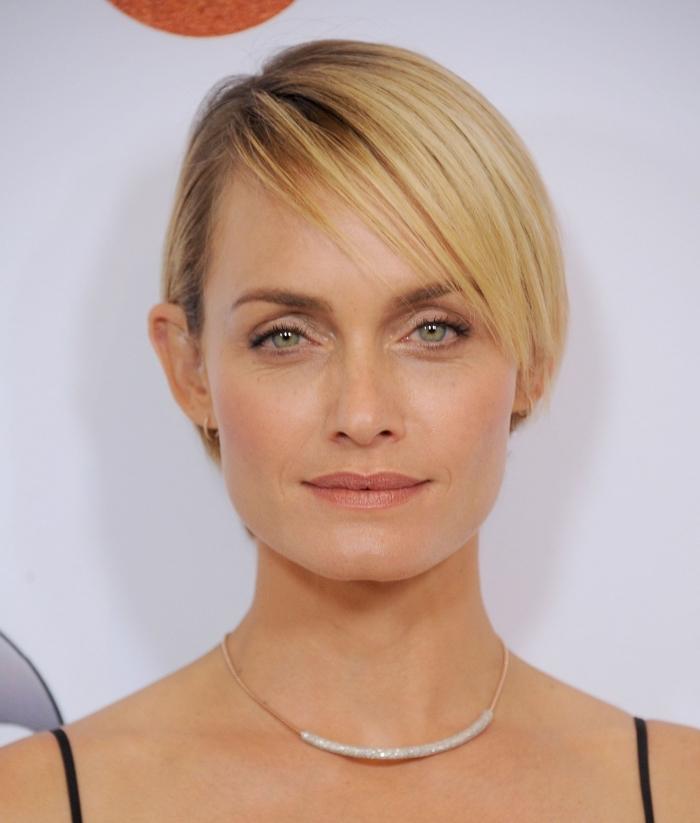 coupe courte femme 2018, exemple de cheveux courts aux racines ombrés avec raie de côté, modèle coupe tendance femme