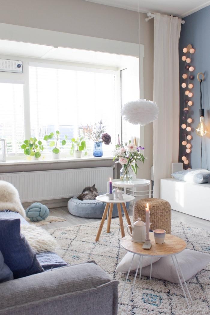 deco sejour douce et cocooning en tons doux de bleu gris, blanc et beige, ambiance romantique et poétique dans un salon scandinave