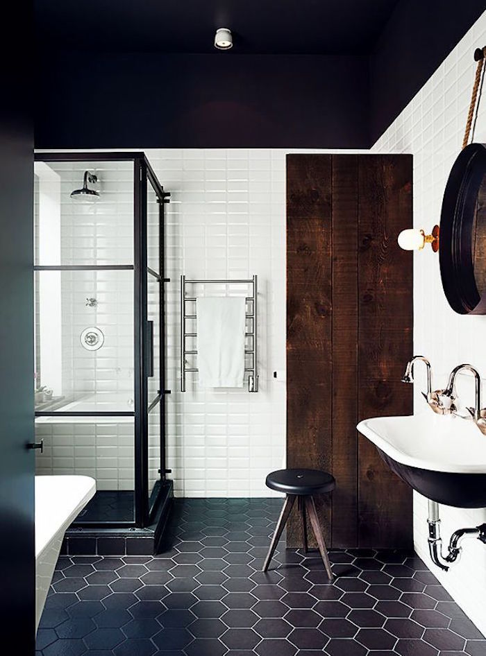 déco de salle de bain vintage design classy avec sol en carrelage noir et mur blanc avec cabine de douche noire et mur en bois foncé rustique et lavabo retro