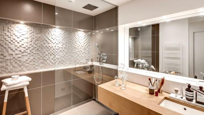salle de bain avec douche italienne avec mur carrelée marron et meuble support vasque lavabo en bois style suédois