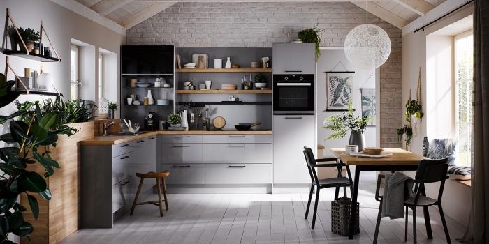 déco de cuisine en bois et gris avec mur accent effet briques, papier peint tendance à imitation briques blanches