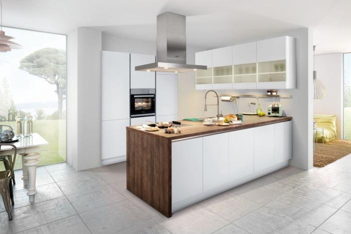 photo cuisine moderne aux murs blancs avec plan de travail en bois brut, déco de cuisine en blanc e tbois avec robinet inox