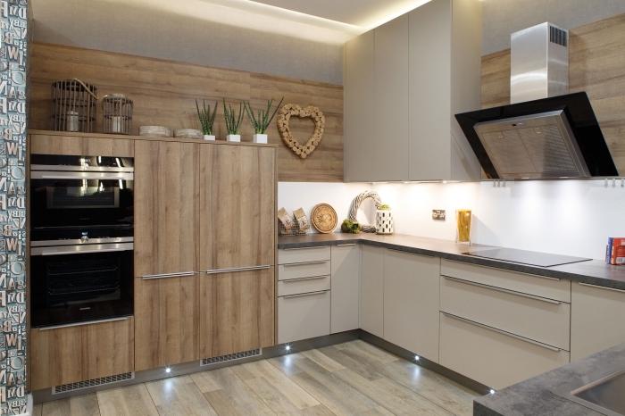 modèle de lambris mural bois, décoration cuisine tendance moderne avec carrelage sol imitation bois et plafond suspendu