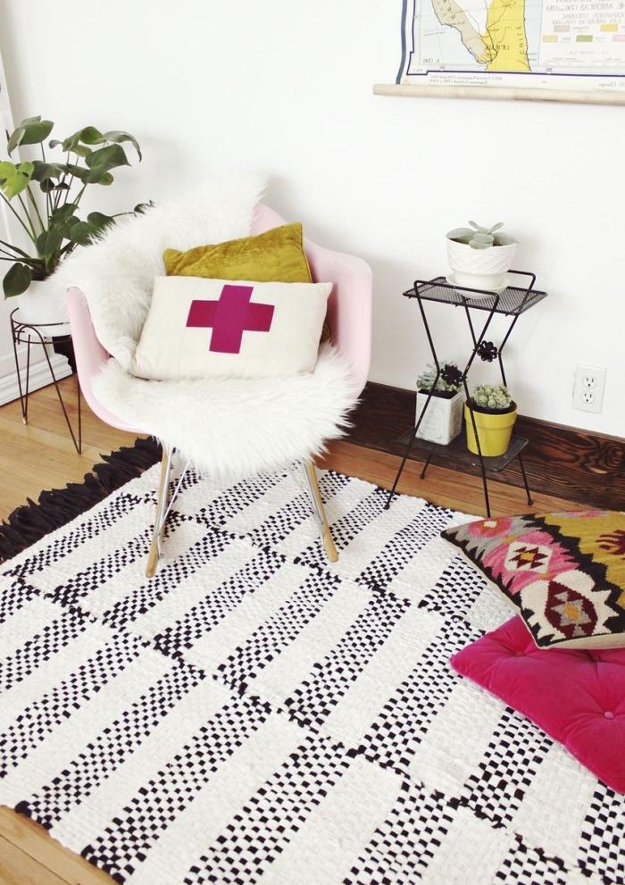 décoration intérieure cocooning avec objets personnalisés, exemple de tapis blanc et noir décoré avec tassels