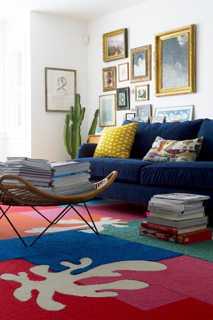 design intérieur de style jungalow avec accents dorés et objets colorés, modèle de tapis diy à design patchwork