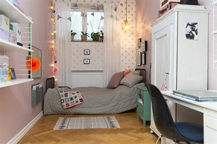 aménagement de petite chambre enfant, lit gris, petit tapis gris, grande armoire blanche, étagère blanche, papier peint à pois dorés, guirlandes boules lumineuses
