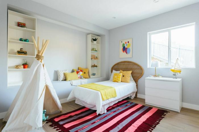 tapis rayé, tipi enfant, étagères blanches, commode blanche, tête de lit fibres naturels, coussins jaunes