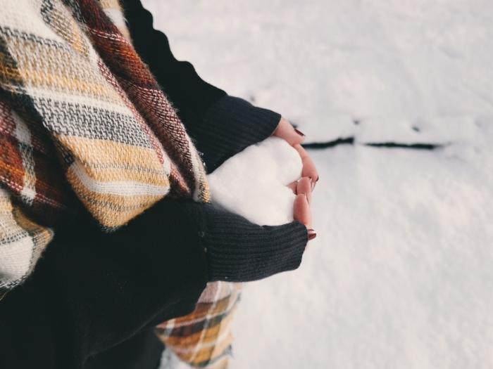jolie photo pour fond d écran noel, image boule de neige en forme de coeur, fille qui tient un coeur de neige