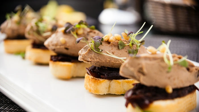 canape aperitif de noel, tartines originales, pâte d'olive, pâte de viande garni de légumes et d'épices