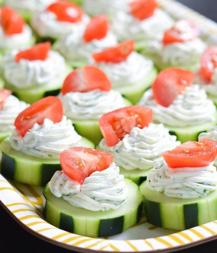 amuse bouche, idee repas enfant, concombre couverte de formage ricotta aux herbes fraiches et tomate en rop