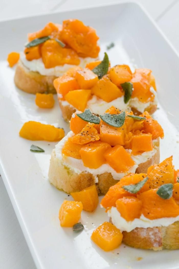 amuse bouche rapide pour apero, morceaux de citrouille cuite, tartines au fromage frais, feuilles de menthe