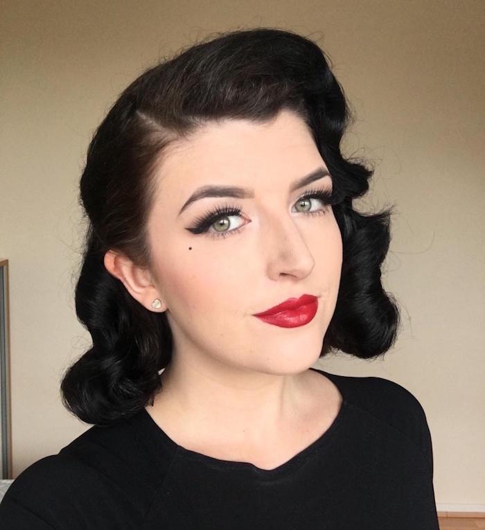 coiffure année 50 rockabilly style dita don teese avec maquillage retro pin up sur les yeux et levres, fond de teint blanc