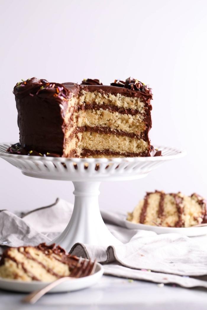 layer cake vegan sans oeufs avec ganache au chocolat sans lait et sans beurre, gateau a la vanille au glaçage chocolat vegan